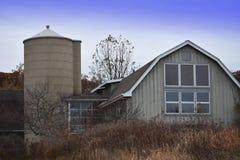 Biała stajnia w jesieni Fotografia Stock