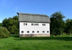 Biała stajnia w Wisconsin wsi Zdjęcia Stock