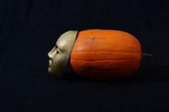 Biała theatrical maski pozycja na zmroku Fotografia Stock
