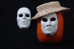 Biała theatrical maski pozycja na zmroku Zdjęcia Stock