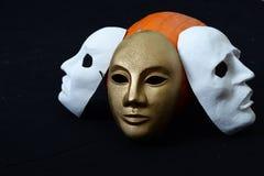 Biała theatrical maski pozycja na zmroku Obraz Stock