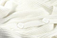 Biała trykotowa kurtka z guzikami Obrazy Royalty Free