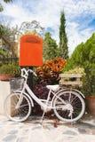 Biały bicykl w ogródzie Zdjęcie Stock