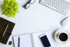 Biały biurka biuro z laptopem, smartphone i inny, pracujemy supplie Zdjęcie Royalty Free