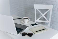 Biały biurowy desktop Zdjęcia Stock