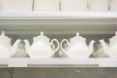 Biały ceramiczny teapots stojak w supermarketa ` s supermarkecie Obrazy Stock