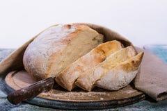 Biały chleb na drewnianym tle Zdjęcia Stock