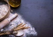 Biały chleb na drewnianym tle Obrazy Stock