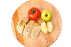 Biały chleb z fasolami, pomidor, Apple na drewnianej tacy Zdjęcie Royalty Free