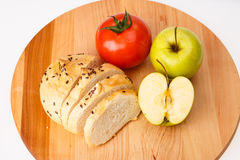 Biały chleb z fasolami, pomidor, Apple na drewnianej tacy Fotografia Royalty Free