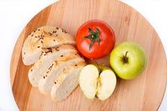 Biały chleb z fasolami, pomidor, Apple na drewnianej tacy Zdjęcia Royalty Free