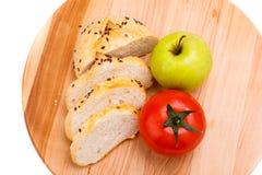 Biały chleb z fasolami, pomidor, Apple na drewnianej tacy Obrazy Stock
