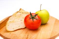 Biały chleb z fasolami, pomidor, Apple na drewnianej tacy Zdjęcie Stock