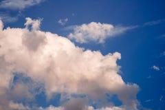 Biały chmurny na niebieskiego nieba tle Obrazy Royalty Free