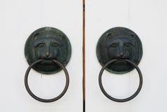 Biały doorknocker i drzwi Zdjęcie Royalty Free