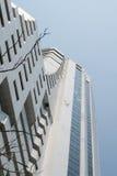 Biały drapacza chmur niebieskie niebo i mieszkanie Zdjęcia Stock