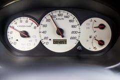 Biały drogomierza kokpitu samochód na czarnym tle Zdjęcia Stock