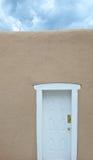 Biały drzwi - Burzowy niebo Zdjęcie Royalty Free