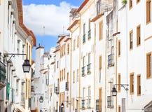 Biały fasad stara ulica w Evora, Portugalia Fotografia Royalty Free