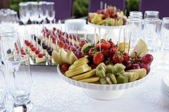 Biały garnek z pasmem jaskrawa owoc Obrazy Royalty Free