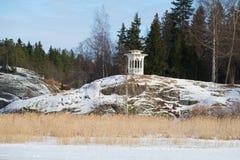 Biały gazebo na faleza Luty Pogodnym dniu Widok od jeziornego Ayranne Sortavala, Karelia Zdjęcie Stock