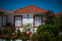Biały grka dom z ogródem Zdjęcia Royalty Free