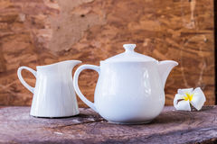 Biały herbaciany garnek na drewnianym tle Obraz Stock