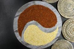 Biały i czarny quinoa yin Yang na tle z starym ornamenta Fotografia Stock