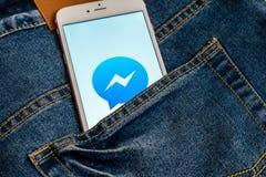 Bia?y iPhone z logo og?lnospo?eczny medialny Facebook Messenger na ekranie Og?lnospo?eczna medialna ikona obraz royalty free