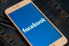Bia?y iPhone z logo og?lnospo?eczny medialny Facebook na ekranie Og?lnospo?eczna medialna ikona zdjęcia royalty free