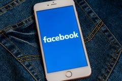 Bia?y iPhone z logo og?lnospo?eczny medialny Facebook na ekranie Og?lnospo?eczna medialna ikona obrazy royalty free