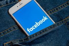 Bia?y iPhone z logo og?lnospo?eczny medialny Facebook na ekranie Og?lnospo?eczna medialna ikona zdjęcie stock