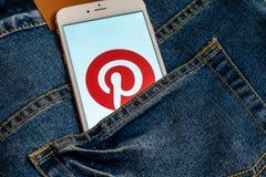 Bia?y iPhone z logo og?lnospo?eczny medialny Pinterest na ekranie Og?lnospo?eczna medialna ikona obraz royalty free