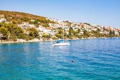 Biały jacht na Adriatic morzu, Trogir, Chorwacja Fotografia Royalty Free