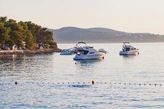 Biały jacht na Adriatic morzu, Trogir, Chorwacja Zdjęcia Stock