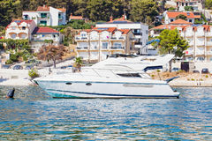 Biały jacht na Adriatic morzu, Trogir, Chorwacja Obrazy Royalty Free