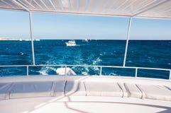 Biały jacht w Czerwonym morzu Zdjęcie Royalty Free