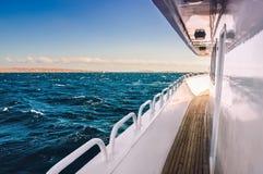 Biały jacht w czerwonym morzu przy zmierzchem Obraz Royalty Free