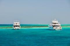 Biały jacht w morzu Zdjęcia Royalty Free