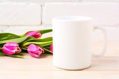 Biały kawowego kubka mockup z magenta menchii tulipanów bukietem Zdjęcia Royalty Free