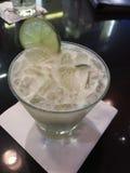 Biały koktajlu napój z lodem i wapnem Obraz Royalty Free