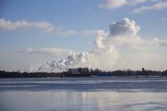 Biały kominu dym w niebie obrazy stock
