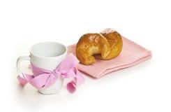 Biały kubek z faborkiem i croissants Fotografia Stock