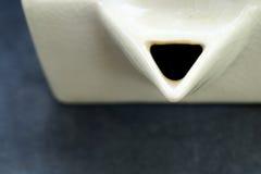 Biały kubiczny ceramiczny herbaciany garnek Obraz Stock