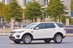 Biały Land Rover odkrycie na drodze w Yiwu, Chiny Zdjęcia Royalty Free