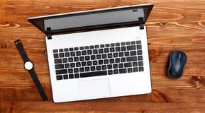 Biały laptop, zegarki i komputerowa mysz, tabela drewna zdjęcia royalty free