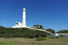 Biały latarnia morska stojak na zielonym wzgórzu Obrazy Royalty Free