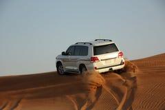 Biały luksusowy samochód jest w piasku Obraz Stock