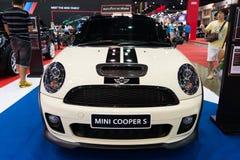 Biały Mini Cooper S na pokazie Fotografia Stock