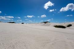 Biały niebieskie niebo i piasek Zdjęcia Stock